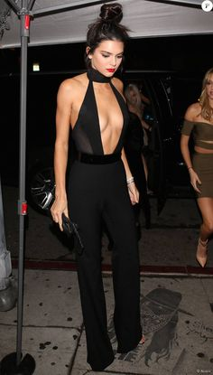 Kendall Jenner arrive au restaurant The Nice Guy avec Hailey Baldwin, pour son dîner d'anniversaire. West Hollywood, Los Angeles, le 2 novembre 2015.