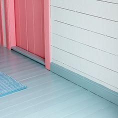 Mal gulvet i drømmefargen da vel! Nesten alle gulv kan males, om det så er; tregulv, parkett, laminat eller betong. Til og med 26. juli får 30% rabatt på Trestjerner gulvmaling hos Fargerike. HURRA for malte gulv!!