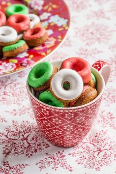 baked mini donuts for Christmas Christmas Donuts, Christmas Minis, Christmas Desserts, Christmas Treats, Christmas Baking, Christmas Time, Xmas, Mini Doughnuts, Donut Recipes