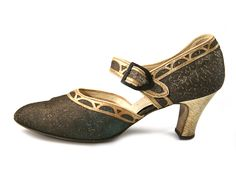 Shoe-Icons / 1920s Shoes / Golden lame shoes with a wide strap, decorated with gold leather applique.