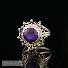 Pierścień Flores rozpoczyna kolekcję filigranowej delikatnej biżuterii wykonanej ze srebra i pięknych kamieni ozdobnych. Pierścień wykonany ze srebra próby 925/930 oraz pięknie szlifowanego Ametystu wielkości 9,5mm, w tym całkowity wymiar oprawy z ozdobną filigranową ramką wynosi 18mm. Kamień zakuty w srebro, następnie oksydowany oraz mocno wypolerowany. #bizuteria #pierscionki #ametyst #srebro #grupart Inne pierścionki artystyczne dostępne na: http://www.grupart.pl/pierscionki-126.html