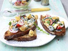 Italienischer Geflügelsalat auf Röstbrot German Salads, Bruschetta, Salmon Burgers, Finger Foods, Buffet, French Toast, Bacon, Brunch, Appetizers