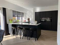 Recent hebben wij een prachtige visgraat vloer mogen verwerken in dit woonhuis. De combinatie van visgraat en keramisch parket geeft dit huis een natuurlijk en sfeervol karakter. Met natuurlijk alle voordelen van keramiek! Bekijk hier de foto's van dit project. Kitchen Furniture, Kitchen Interior, Kitchen Decor, Living Room Inspiration, Interior Design Inspiration, Kitchen Dining Living, Modern Kitchen Design, Cool Kitchens, Interior Styling