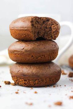 chocolate protein donuts Vegan Donut Recipe, Easy Donut Recipe, Baked Donut Recipes, Baked Donuts, Muffin Recipes, Chocolate Donuts, Chocolate Desserts, Chocolate Chip Cookies, Dessert Cake Recipes