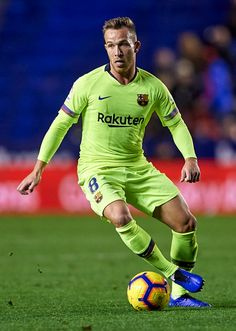 Arthur of Barcelona runs with the ball during the La Liga match between Levante UD and FC Barcelona at Ciutat de Valencia on December 2018 in Valencia, Spain. Obtenha fotografias de notícias premium e de alta resolução na Getty Images Football Soccer, Soccer Ball, Football Players, Barcelona Soccer, Fc Barcelona, Association Football, Valencia Spain, Sports Images, Football Wallpaper