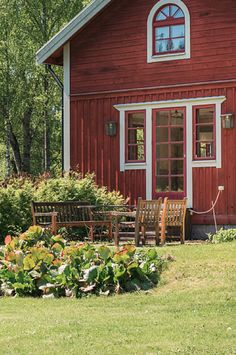 Windows and door Swedish Cottage, Red Cottage, Cottage Chic, Cottage Style, Building A Small House, Norwegian House, Sweden House, Red Houses, Farmhouse Paint Colors