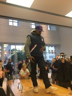 Kanye at an Apple store in Georgetown DC just an hour ago. Kanye West Songs, Love Fashion, Mens Fashion, Best Dressed Man, Yeezy Season, Vest Jacket, Donald Trump, Men Dress, Street Wear