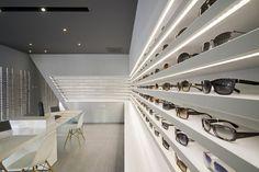 I really like the white shelving. Optique Ampere optical shop by Cyrille Druart, Grenoble France store design Design Café, Design Blog, Store Design, Display Design, Sign Design, Design Ideas, Shop Interior Design, Retail Design, Interior Decorating