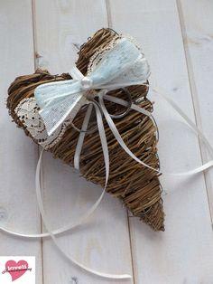 Herz Ringkissen im Vintage Natur Look gebunden, mit Deko-Schleife aus Vintage Spitze (creme-beige, babyblau-altweiß) und Deko-Perle. Die gebundene Herz-Form sorgt für eine komfortable Lage in der Hand mit Vintage Flair, z.B. als Ringkissen Alternative für eine Vintage Hochzeit im 20er Jahre Chic - ein handmade Designerstück von Loveli-Hochzeitsplanung / Onlineshop - www.love-li.de