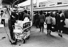 1975~1978年に撮影した仙台駅ホームでの写真です。 現在の東口ヨドバシカメラがあるあたりには荷物専用ホームがありました。 ホームの立ち食い蕎麦屋さん、一杯食べてみましょう。 ホームにて列車...