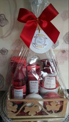 Kit Natura, Spa Basket, Avon, Creative Gifts, Perfume, Gift Baskets, Baby Shower Gifts, Decoupage, Gift Wrapping