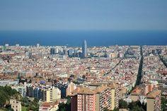 Barcelona von oben mit Blick auf den Torre agbar