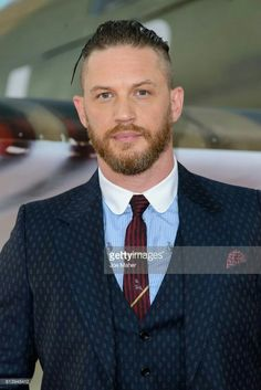 Tom Hardy arriving at the 'Dunkirk' World Premiere at Odeon Leicester Square on July 2017 in London, England. Tom Hardy Actor, Tinker Tailor Soldier Spy, Michelle Rodriguez, Star Wars, Raining Men, Beard Styles, Haircuts For Men, Hot Boys, Dapper