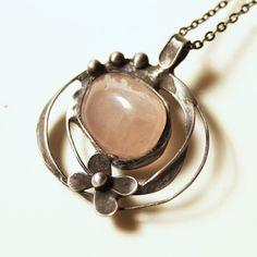 Pro Růženku Šperk vyrobený z cínu a valounku růženínu. Je leštěný, patinovaný a ošetřený antioxidačním činidlem. Hodí se na řetízek nebo barevnou stužku. Dodám dle domluvy. Velikost šperku je 4x4,5cm. by vevinka Metal Clay, Metalsmith Jewelry, My Style, 4x4