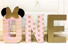 Hermosa y elegante esta fiesta inspirada en Minnie Mouse, destaca por sus tonos dorados y rosas, también por su estilo romántico y femenino y el empleo de la silueta en la presentación de la mesa de dulces. El tema es perfecto para cumpleaños, bautizos o baby shower, también para una merienda de chicas en la que …