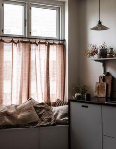 Hemma hos Ellen Dixdotter och Jacob Holst i Köpenhamn Modern Rustic Interiors, Modern Interior, Interior Design, Salvaged Decor, Nordic Design, Scandinavian Design, Design Design, Scandinavian Interiors, Chair Design