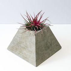 Secondes *** pyramide cache-pot en béton géométrique (plante inclus)