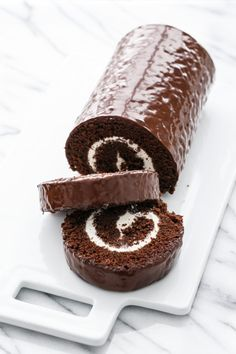 Giant Homemade Swiss Cake Roll (calls for dark chocolate, espresso powder, heavy cream, and marshmallow fluff. Cake Roll Recipes, Dessert Recipes, Gourmet Desserts, Dessert Food, Chocolate Roll Cake, Chocolate Swiss Roll Recipe, Chocolate Roulade, Swiss Chocolate, Lindt Chocolate