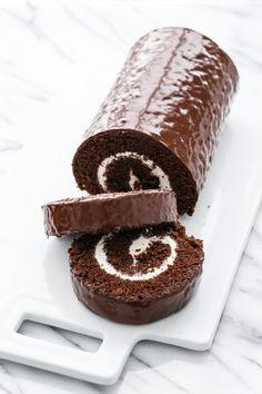 Giant Homemade Swiss Cake Roll (calls for dark chocolate, espresso powder, heavy cream, and marshmallow fluff. Cake Roll Recipes, Dessert Recipes, Gourmet Desserts, Dessert Food, Frosting Recipes, Chocolate Roll Cake, Chocolate Roulade, Lindt Chocolate, Chocolate Glaze
