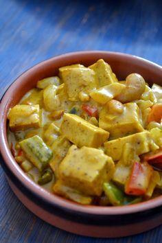 Curry de Tofu & Poivrons à l'Indienne Pour 3/4 personnes Ingrédients : - 250g de tofu - 1 c à soupe d'huile - 2 oignons émincés - 2 gousses d'ail émincés - 1/2 poivron vert - 1/2 poivron rouge - 250g de tofu coupés en dés - 1/2 c à café de sel - 1 c à soupe de curry - 1 c à soupe de curcuma - 1 c à soupe de coriandre - 1 pincée de gingembre - 2 c à café de pâte de curry doux - 2 c à soupe de beurre de cacahuètes salé - 1 poignée de noix de cajou - 200ml de lait de coco
