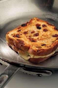Deluxe grilled cheese made with brie and sliced apples on cinnamon raisin bread. One of my favorite ways to do grilled cheese! Grill Sandwich, Soup And Sandwich, Sandwich Recipes, Grilled Cheese Recipes, Grilled Cheeses, Cinnamon Raisin Bread, Yummy Food, Tasty, Sliced Apples