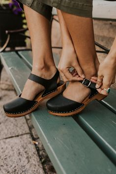 Discover recipes, home ideas, style inspiration and other ideas to try. Cute Shoes, Me Too Shoes, Comfy Shoes, Casual Shoes, Italian Leather, Vegan Leather, Lotta Clogs, Clogs Outfit, My Step Mom