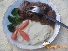 Recept za Goveđi gulaš. Za spremanje ovog jela neophodno je pripremiti goveđe meso, ulje, paradajz, lovor, biber, bosiljak, luk, so, biber.