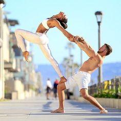 Muoviti con leggerezza, sorridi più spesso guardando in alto come se sorridessi al cielo. - Swami Kriyananda  #buongiorno #benessere #salute #pensieri #yoga #meditazione #SpineYoga #sport #fitness #yogaitalia  ph: AloYoga
