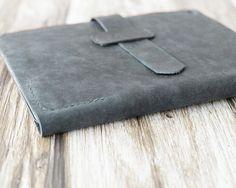 Deze iPad Case / Cover wordt opgemaakt van de noodlijdende leder en handstitched met wax draad. Het zal prachtig worden ouder na verloop van tijd. Het is een stevige, praktische en gestyled met onze minimalistische uitstraling. ======================= SPCIFICATIONS: -Noodlijdende geolied leer, zal prachtig worden ouder na verloop van tijd. -Een zeer dunne en duidelijke TPU ...