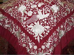 Mantón de Manila, en color rojo, con bordados en blanco que representan flores y aves #Mantones #Antiguedades