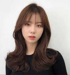 These are the hottest Korean bangs in 2019 - TOP BEAUTY LIFESTYLES koreanhairstyle koreanwomen koreanfashion hairstyleforroundfaces hairstylewithbangs cutehairstyle 723672233859006828 Korean Hair Color Brown, Korean Long Hair, Korean Haircut Medium, Hair Korean Style, Hair Style Korea, Bangs With Medium Hair, Medium Hair Styles, Curly Hair Styles, Fringe Hairstyles