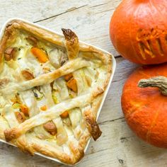 Yeah it's October, which means it's pumpkin time! We all know pumpkin soup so today you're going to make pumpkin quiche. It is very nice because of the sausages and sage. With this recipe you can also make the pie dough yourself, but you can buy it at the supermarket if you want to.