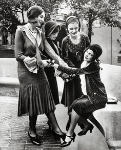 Flappers and friends. can find Flappers and more on our website.Flappers and friends. 30s Fashion, Fashion History, Art Deco Fashion, Retro Fashion, Vintage Fashion, Flapper Fashion, Victorian Fashion, Dress Fashion, 1920s Flapper