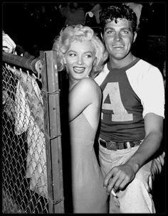 """15 Septembre 1952 / (Part II) Marilyn participe à un match de baseball à but caritatif au """"Gilmore Field Stadium"""", le """"Out of This World Series Charity Baseball Game"""" aux côtés de Mickey ROONEY et Dale ROBERTSON entre autres."""