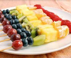 Salada de frutas no palito também é fácil de fazer e transportar, e divertido de comer!