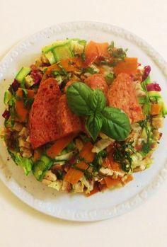Insalata di pollo, verdure estive, speck e pane croccante