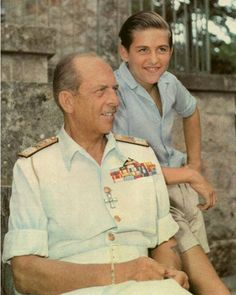 Ο νεαρός (τότε Διάδοχος) Βασιλεύς Κωνσταντίνος με τον πατέρα Του Βασιλέα Παύλο. 1956 Τατόι.