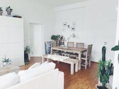 Ein Sehr Schicker Und Stilvoller Esstisch Befindet Sich In Dieser Wohnung!  Das Helle Holz Passt