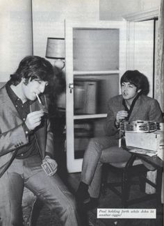 Geat Casual Picture Of John Lennon and Paul McCartney. Beatles Band, Les Beatles, John Lennon Beatles, Jhon Lennon, Liverpool, Ringo Starr, George Harrison, Cool Bands, Great Bands
