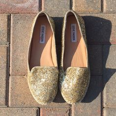 Steve Madden Gold Glitter Flats Only imperfections are the red marks inside the shoes!! Otherwise, these are in excellent condition!! These are just so fun!! What girl doesn't love glitter?? And if you wear these in the sun, no one will be able to take their eyes off of you!! Original box not included. Steve Madden Shoes Flats & Loafers