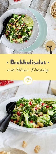 Brokkoli harmoniert in diesem Salat mit Avocado, Granatapfelkernen und Cashewnüssen. Abgerundet wird die Komposition mit einem cremigen Tahini-Dressing.