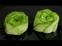 Learn how to make a beautiful cucumber garnish. In this video, you will see how to make a very simple garnish to decorate your food platters or sushi dishes . Fruit And Vegetable Carving, Veggie Tray, Bacon Wrapped Potatoes, Vegetable Decoration, Sushi Roll Recipes, Sushi Dishes, Sushi Platter, Food Platters, Party Platters