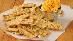 Whole grain crackers with cheddar cheese, the perfect snack for people who are conscious of dental health. Whole grain foods contains fiber, vitamins and minerals that are good for teeth. Easy Dinner Recipes, Appetizer Recipes, Snack Recipes, Healthy Recipes, Appetizers, Cola Dose, Whole Grain Foods, Famous Recipe, Cheese Spread
