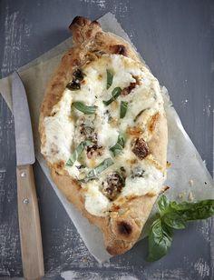 Αφράτη ζύμη που αγκαλιάζει μαλακά ή και σκληρά τυριά, το πεϊνιρλί μπορείτε να το προσφέρετε σε άπειρους συνδυασμούς υλικών. Εδώ, προτείνουμε 3 διαφορετικά είδη τυριών με λιαστή ντομάτα, ελιές, ρίγανη ή ό,τι τραβάει ή όρεξή σας... Croissants, Cookie Dough Pie, Pizza Heaven, Greek Pita, Greek Cooking, Greek Recipes, Dessert Recipes, Snacks, Breakfast