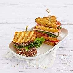 Perinteinen Club Sandwich syntyy yhdistämällä paahtoleipä salaattiin, tomaattiin ja kanaan tai kinkkuun. Tämä klassinen kerrosvoileipä on mitä parhain lounas tai tuhdimpi välipala, joka maistuu varmasti myös lapsille. Leivät on helppo koota ja niistä saa myös maistuvia suupaloja illanistujaisiin. Hauskaa vaihtelua saat kokoamalla Club Sandwichin kerrokset eri aineksilla.