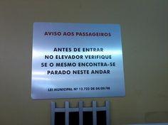 Trata-se de uma placa de aviso posicionada pelos funcionários da FAU (provavelmente encarregados pela manutenção) acima da porta do elevador da FAU. Procura avisar os passageiros da necessidade de verificar se o elevador encontra-se parado no andar correto antes de entrar. Logo, destina-se a todos os passageiros do elevador.