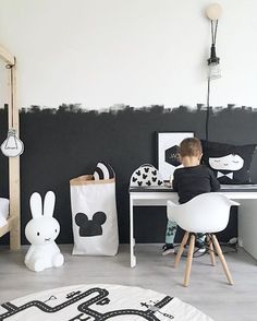all white room Peinture ardoise dans la chambre d'enfant en 27 ides ingnieuses! schiefer malzimmer kind original ideen wand in schwarz und wei Baby Bedroom, Baby Boy Rooms, Kids Bedroom, Bedroom Ideas, Black And White Boys Bedroom, Childrens Bedroom, Trendy Bedroom, Black White Nursery, Girl Rooms