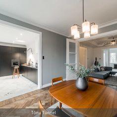 Das auf zwei Seiten offene Esszimmer bietet einen schönen Blick auf die minimalistische Küche und das große Wohnzimmer mit dem Modulsofa.