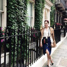 """""""Summer"""" in London! Parei para a foto porque tava muito gracinha esse visual! Look do dia acidental. Casaco Burberry, camisa Cris Barros, Saia Mixed, bolsa Gucci e sapatilhas Chanel."""