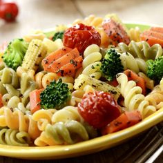 A világ legfinomabb tésztasalátája roppanós zöldségekkel - Recept Easy Pasta Salad, Pasta Salad Recipes, Healthy Salad Recipes, Vegan Spaghetti Squash, Sausage Recipes For Dinner, Italian Sausage Pasta, Salads For A Crowd, Tomato Relish, Broccoli Salad